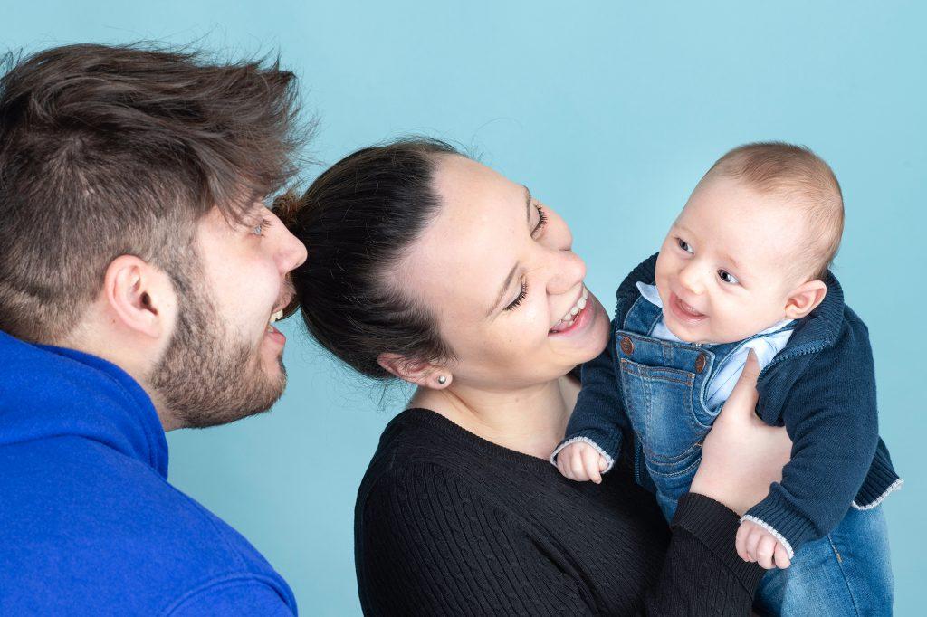 Fotografia di famiglia con neonato