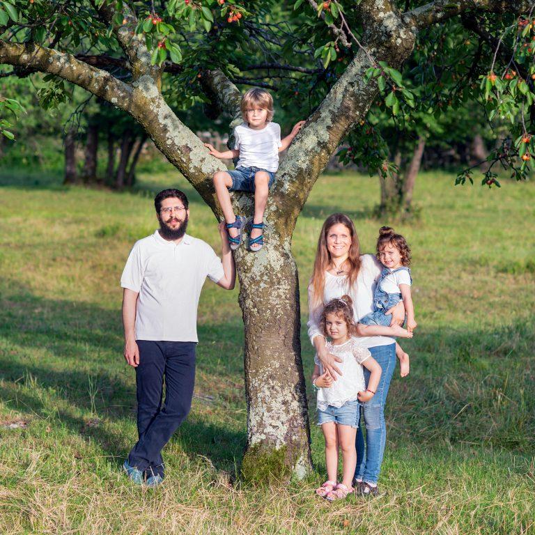 Fotografia di famiglia in giardino