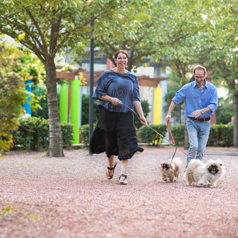 Foto di coppia divertenti con cani